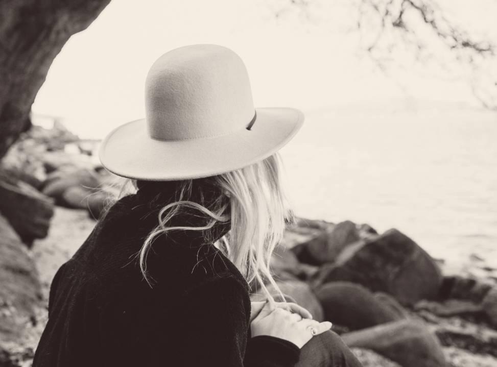 moeder met hoed bij het water